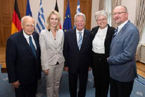 Karolos Papoulias, Manuela Schwesig, Joachim Gauck, Sigrid Skarpelis-Sperk und Axel Schäfer (MdB) nach der Unterzeichnung der Absichtserklärung zur Errichtung eines Deutsch-Griechischen Jugendwerkes.